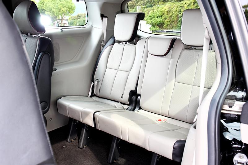 第三排腿部空間還算寬裕,但椅墊略短相對影響腿部支撐。