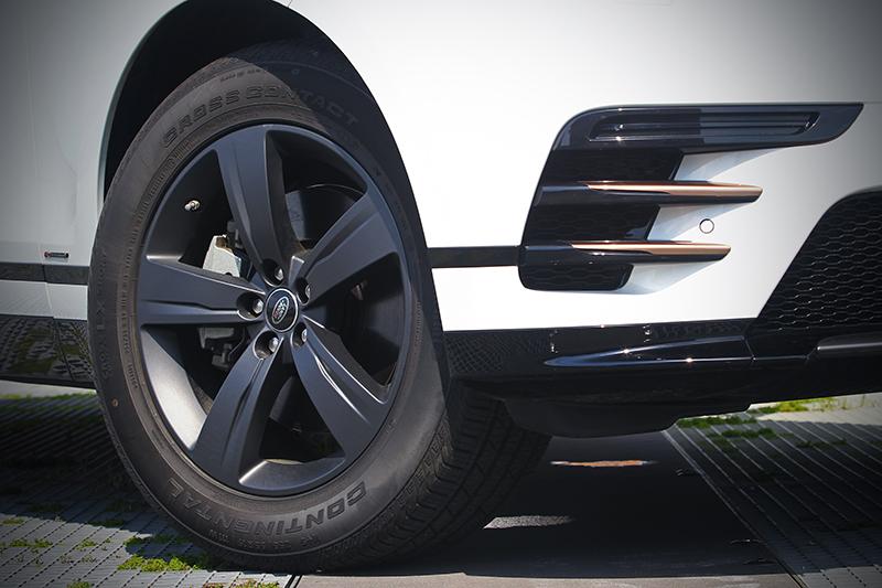 飽富時尚氛圍的銅色車身飾件與19吋槍灰色調鋁圈,為平直單純的線條起了畫龍點睛的功效。