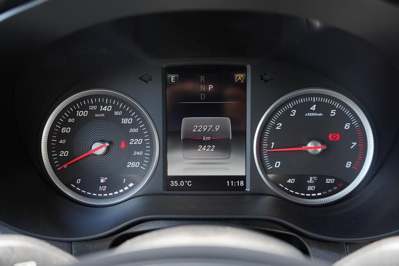 駕駛儀表仍為傳統雙環指針搭配中央5.5吋全彩多功能螢幕