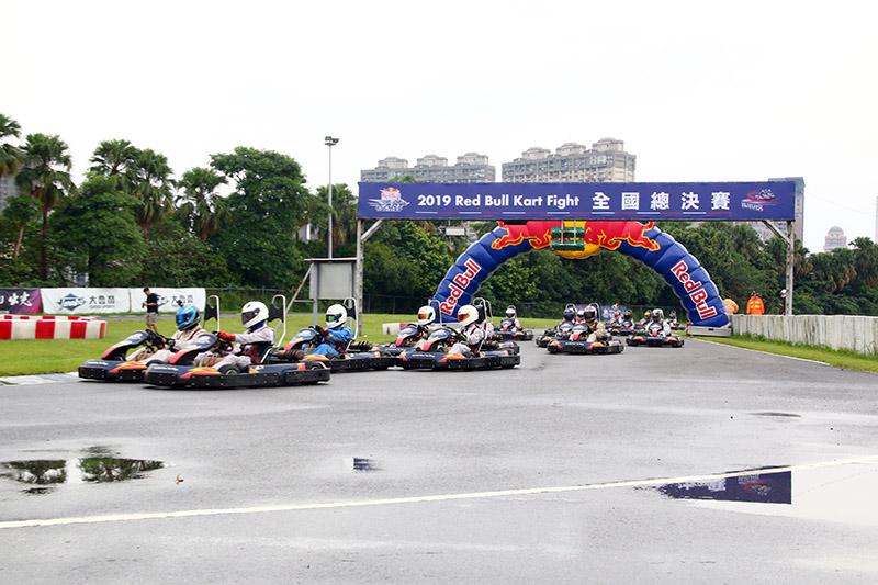 第一輪決賽起跑,眾選手朝著坐上F1賽車的夢想而戰鬥。