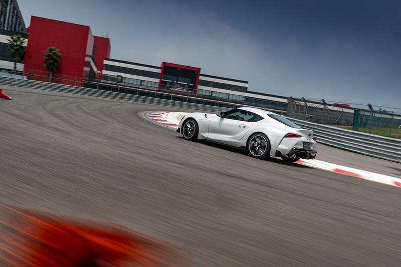 過彎頂點多給點油門,Supra的車尾一如想像活躍,但卻又不致狂暴難以招架。