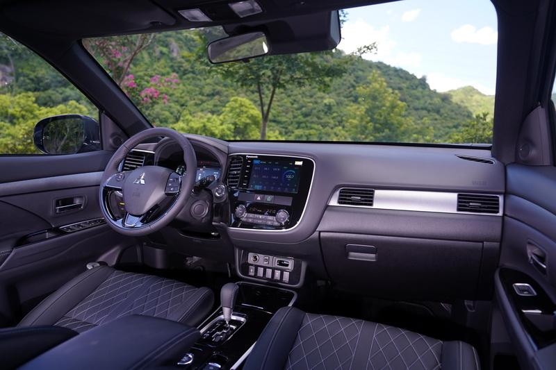 S-AWC車型內裝最顯而易見的改變便是駕駛座換上10.25吋的全數位儀表