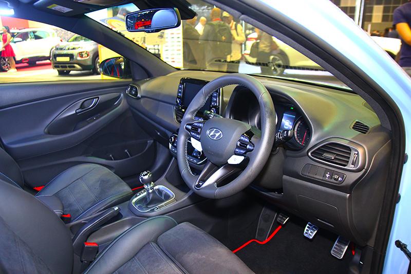 麂皮跑車座椅與六速手排的座艙配置,對於車迷來說已經足夠了。