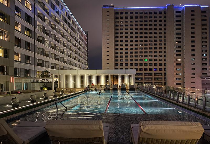 與第一晚的民宿截然不同,連鎖飯店所能提供的泳池、酒吧與溫泉也能帶來另種心情的歸零與放空。