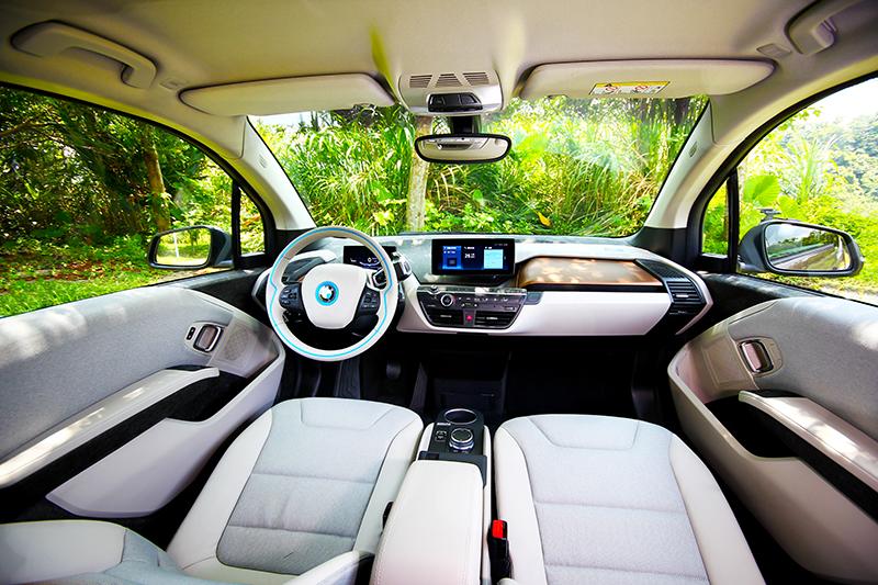 為求真環保i3s儀表平台採用羊麻材質,座艙飾板也大量使用環保再生材料。