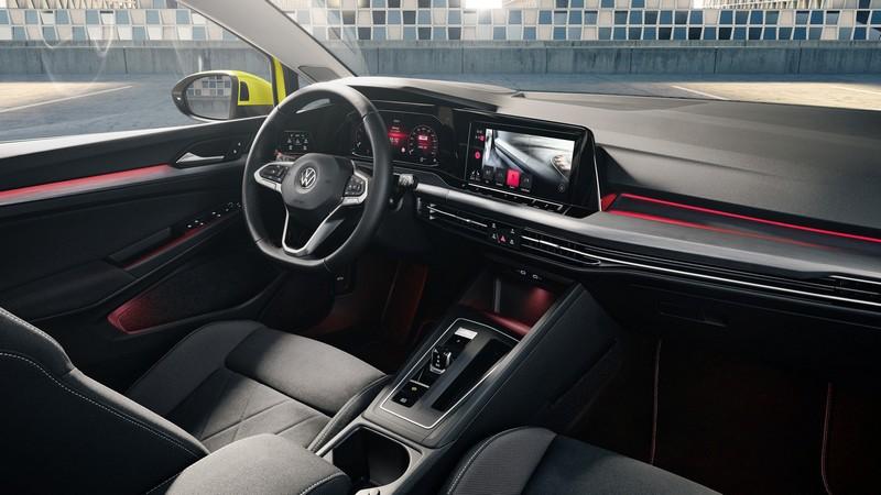 GTI座艙比照一般Golf車型辦理,除了有象徵GTI配件外還會有32色氣氛燈。