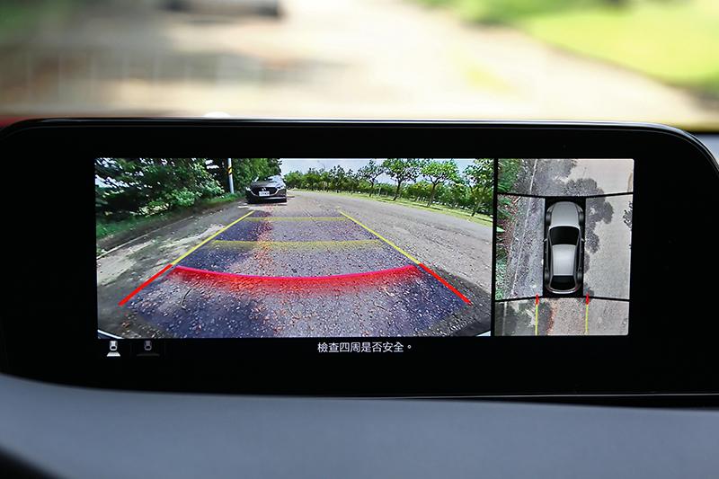 可透過鳥瞰角度觀察車四周的環景影像系統,更是停車與會車時的神兵利器。