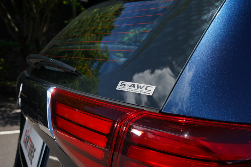 後擋風玻璃上印有S-AWC字樣以示不同身分