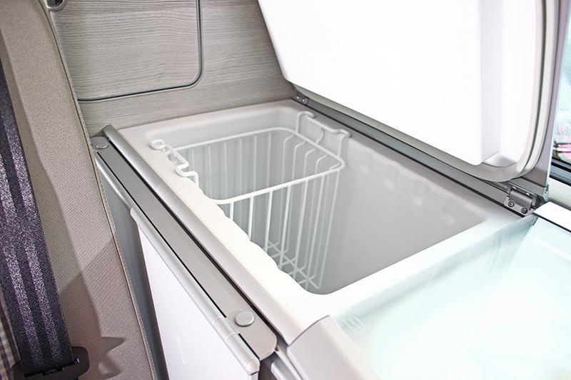 大容量冰箱相當深,放置食材飲料不成問題。