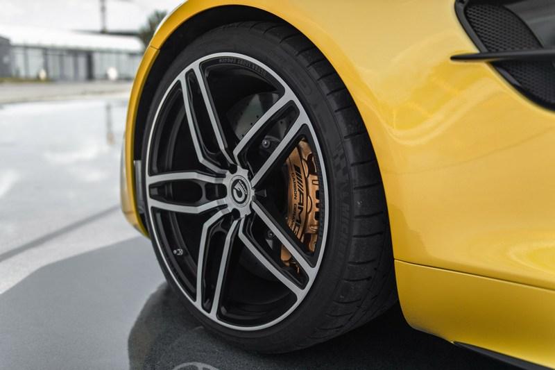 輪圈也改成Hurricane RR 20吋鍛造輪圈。