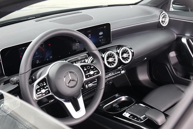 由兩面平板所建構出的駕駛儀表與中控螢幕相信大家已不陌生