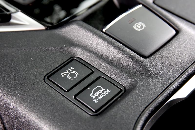 X-Mode模式能應付崎嶇路面,同時陡坡緩降功能也會一併啟動。