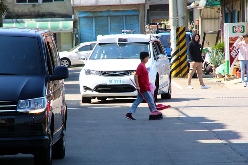 在南寮漁港的測試中,並沒有刻意安排情境,因此自駕車需自行面對穿越馬路的路人與停靠於路邊之車輛等實際用路狀況。