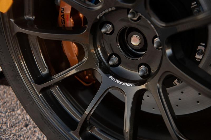 輪圈為RAYS製品,輪胎規格則為315/30 R18。