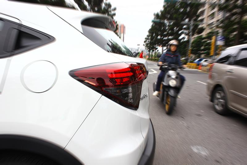 倒車燈都已經打多久了還是有人盲區硬闖?RCTA倒車警示系統正為確保如此危險不至降臨而生。