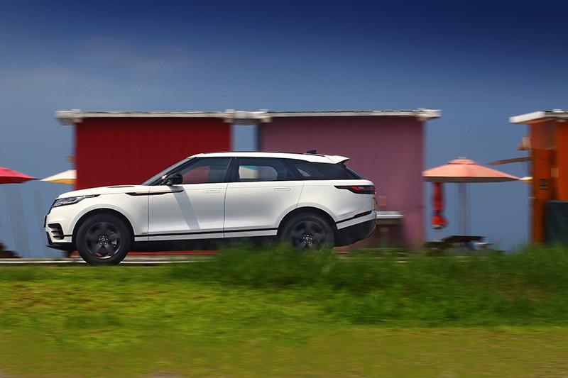 擁有高剛性車體的Range Rover Velar具備600mm至650mm涉水深度,連同齊備的安全科技,上山下海無入而不自得。
