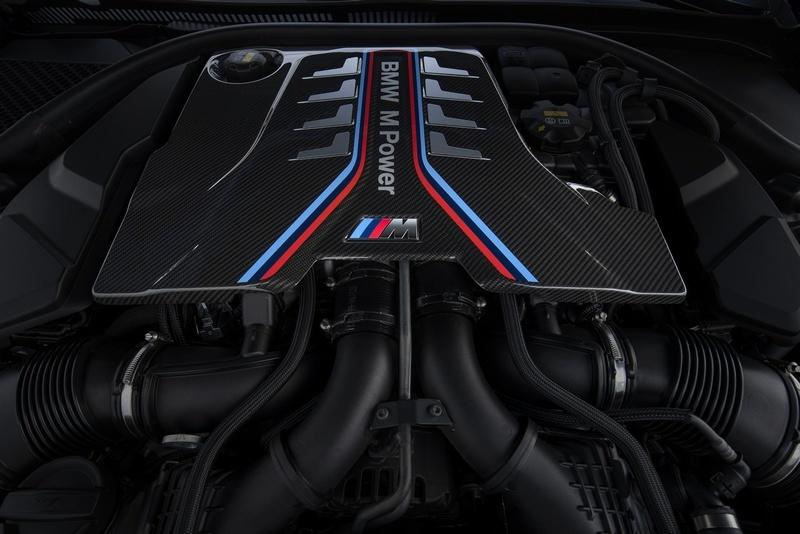 打開引擎蓋看見滿滿的碳纖維材質真是一大享受。