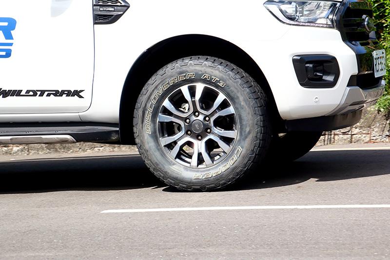 針對4X4車款開發的Discoverer AT3 4S™全地形越野輪胎,有別於一般越野胎會降低行路舒適性以及胎噪較大等缺點,除了維持良好舒適性外,超安靜的靜肅性是體驗活動在體驗過三款胎後最讓人驚訝的部分,該款輪胎在一般道路上的安靜程度甚至好過搭配原廠胎的Kuga,完全顛覆人們對越野胎的印象。