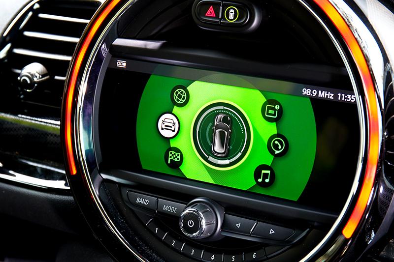 中控系統具有多項功能,安全配備也十分完善,試駕車型選配8.8吋螢幕。