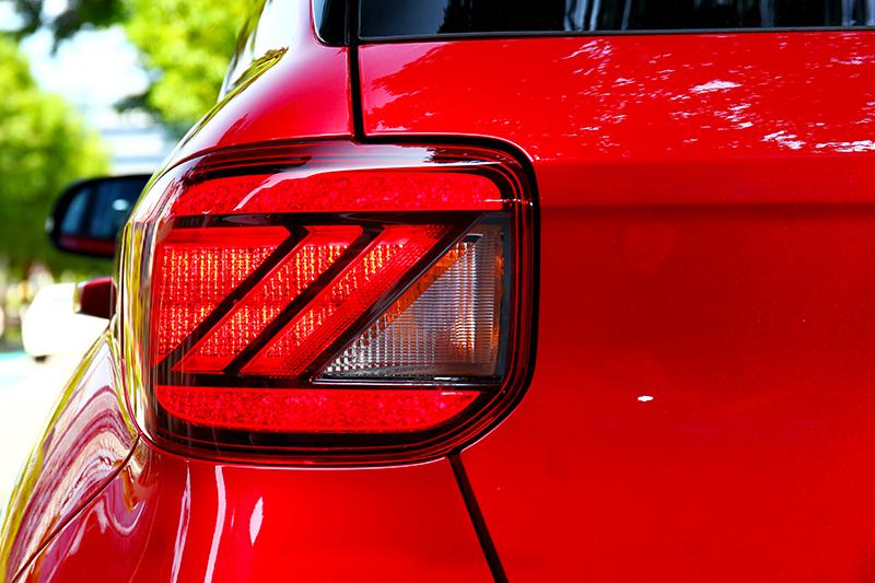 緋紅星辰LED尾燈提供高辨識度與賞心悅目的視覺感受。