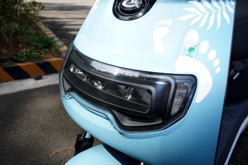 車頭燈採用與gogoro 2類似的長條型大燈輪廓