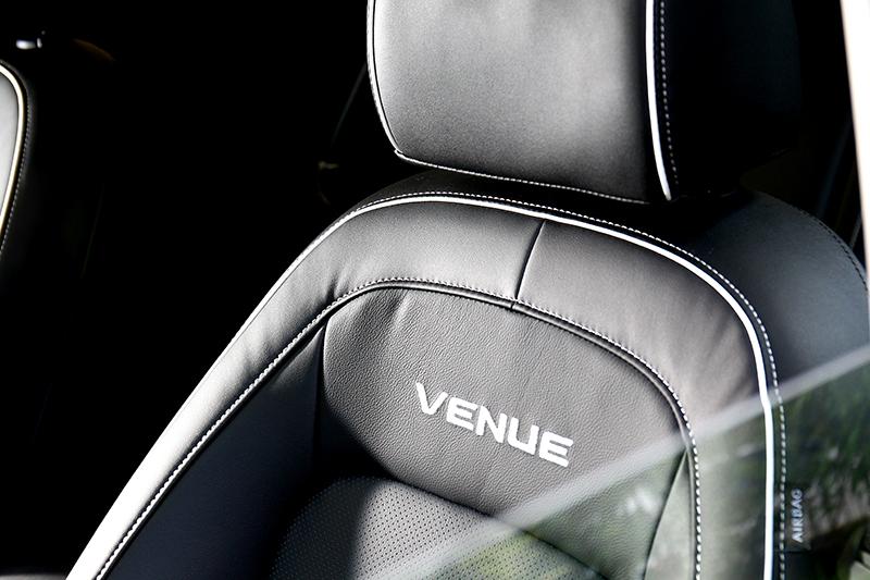 空調出風孔、排檔座與座椅則採拔色飾框縫線點綴。