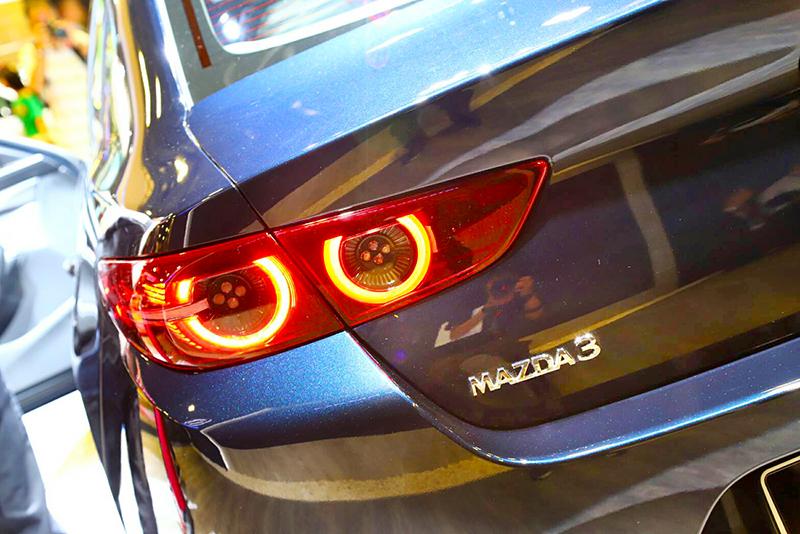 新世代Mazda銘牌字體改為正楷字型。