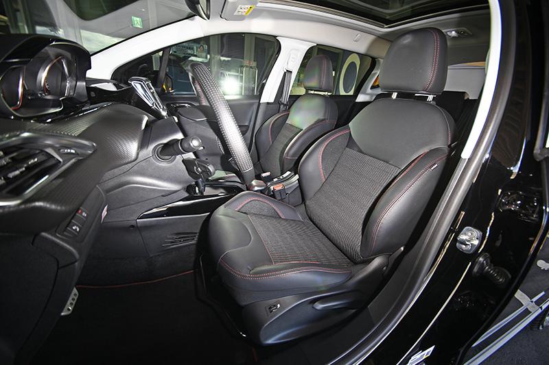 GT Line座椅以半皮半布材質呈現,承托與包覆感俱優。