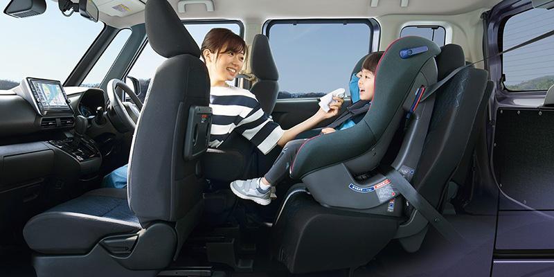 駕駛能夠更輕易就手照顧後座汽車座椅上的孩子