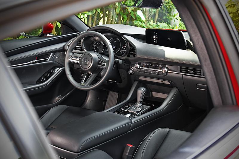 「Less is more」思維絕不僅止於車外,完美對稱的水平鋪陳座艙更帶來協調勻稱的視覺觀感。