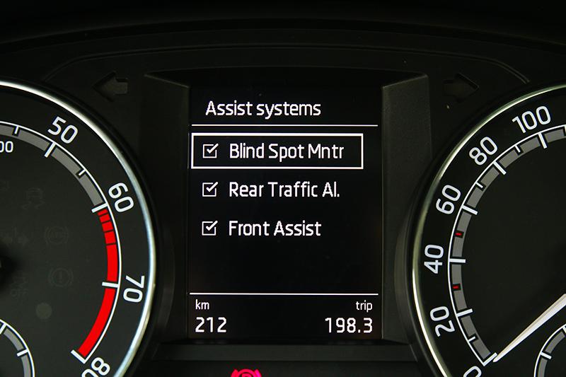標配ACC主動車距定速巡航與AEB主動煞車系統可算相當有誠意。