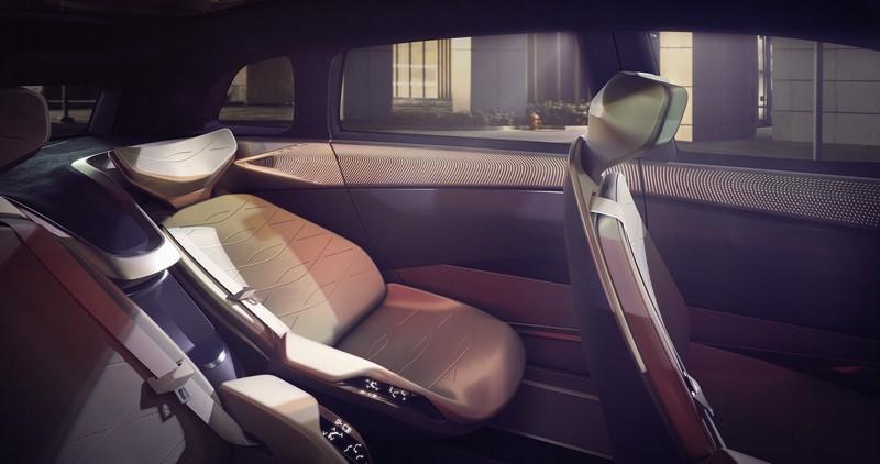 於自動駕駛時座椅不但能25度旋轉,後座也具有斜躺休息模式。