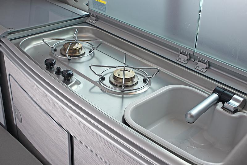 雙口瓦斯爐與內建的洗手流理台,也是露營時相當方便的道具。