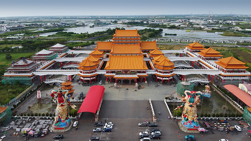 最終抵達的是正統鹿耳門聖母廟,以中國紫禁城為師的民國式翻新設計,雖沒有古廟雅緻但卻相當霸氣,同時別具南台灣熱鬧風情。