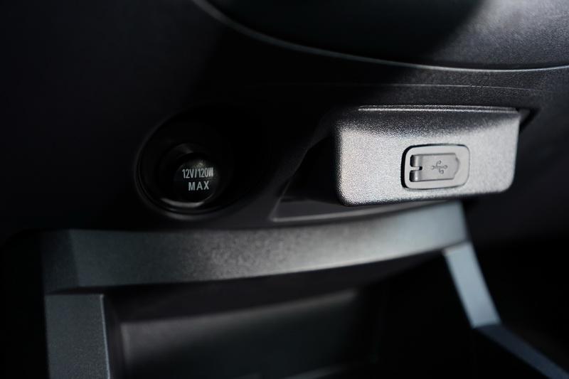 因應現代智慧裝置的充電需求,前、後座皆有USB的充電插座