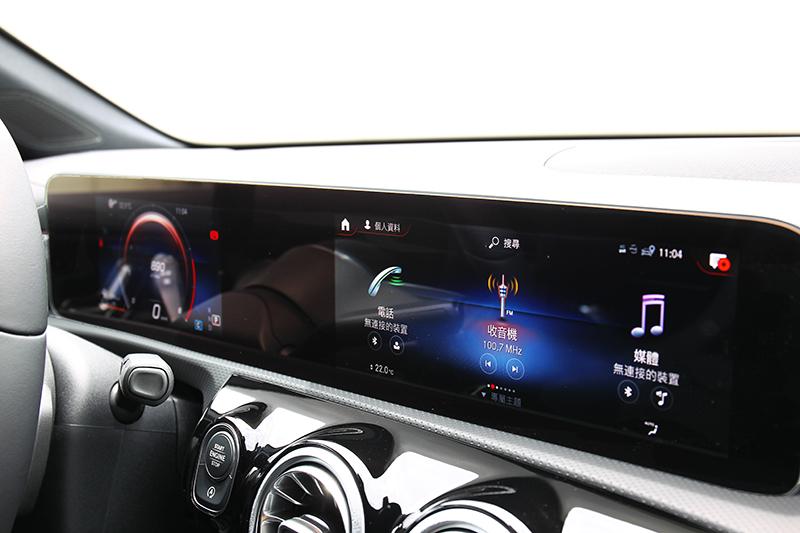 CLA 200試駕車為配備最基礎的版本,駕駛儀表尺寸僅為7吋的小螢幕式樣