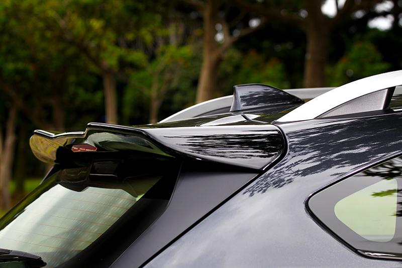 黑色尾翼有延伸車身視覺線條效果。