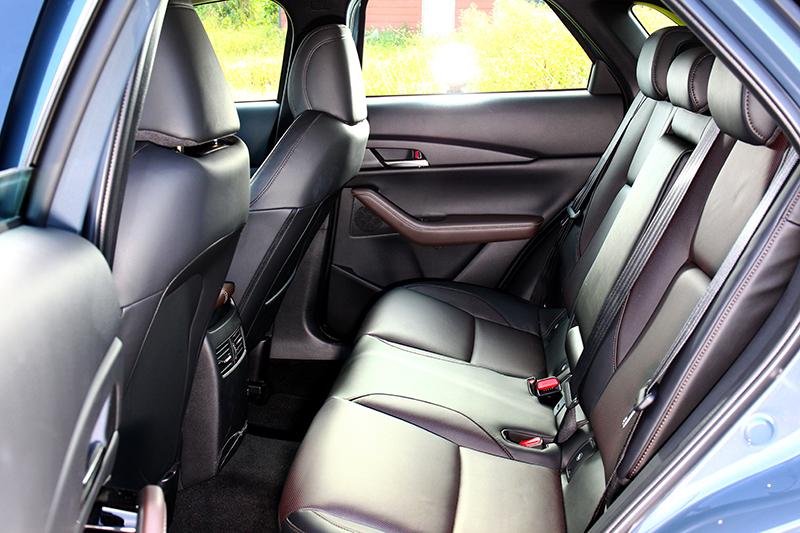 不同於Mazda 3,CX-30後座頭部空間獲得改善,幽閉感也明顯降低許多。