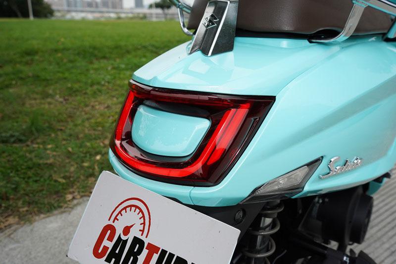 U字型的煞車尾燈配合那流線緊實的翹尾曲線實在優美