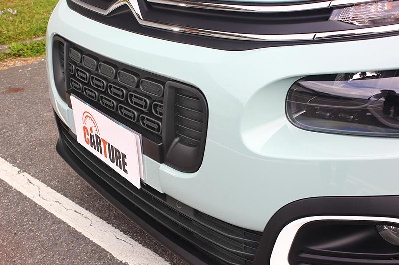 以扁橢圓為視覺元素的車頭,就連水箱護罩內容都以此設計。