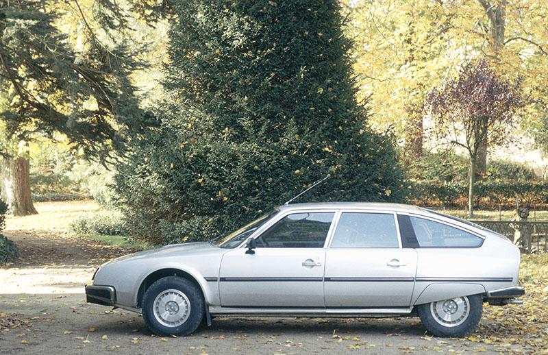 斜車頭搭配斜背造型,是讓CX取得更低風阻係數的重要關鍵。