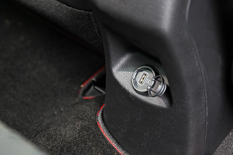 後座很貼心的配置USB充電孔,滿足現代消費者對於手機的使用程度。