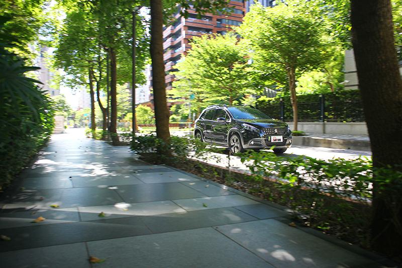 市區行駛加速相當輕盈俐落,絲毫沒有小車起步拖泥帶水的感受。