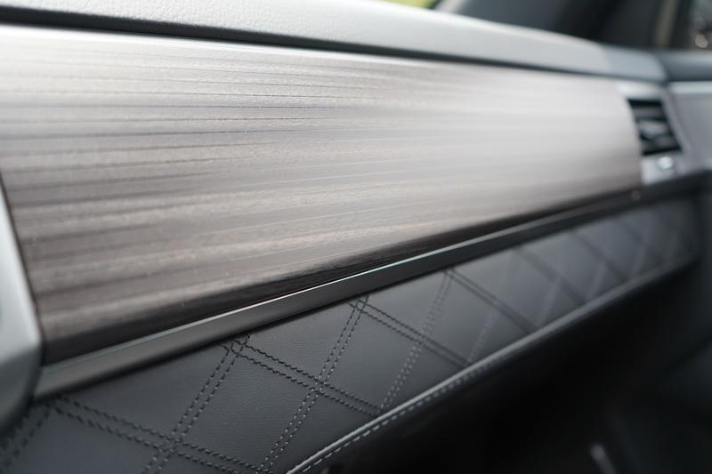 木質飾板搭配菱格紋縫線,根本就是數百萬等級以上的車款才會有的配置