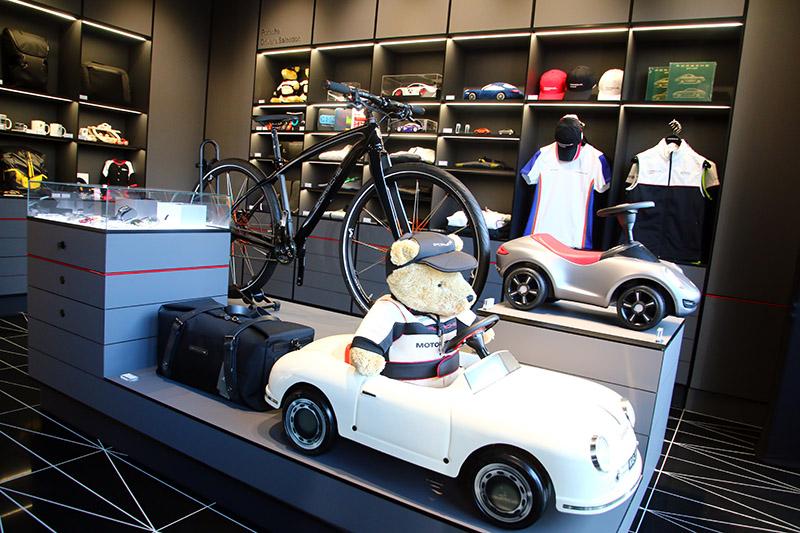 「Porsche Driver's Selection」與「Tequipment」完整陳列保時捷設計精品與時尚配件。