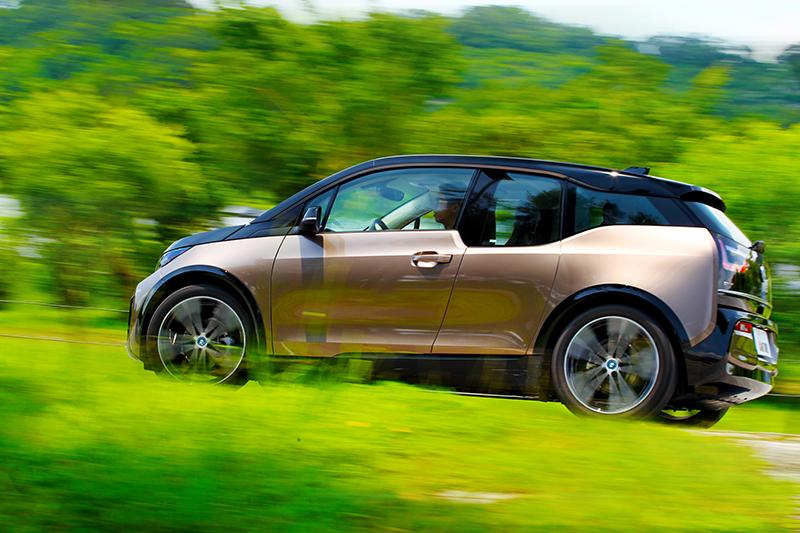 既然電動車無可逆,那就先從i3s開始習慣電動車吧。