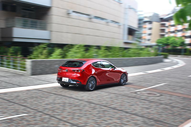 少了一截車尾的MAZDA3掀背,因而獲得更靈動俐落的動態反應。