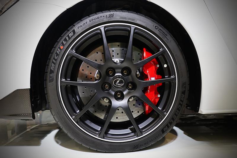 Brembo CarbonCeramic陶瓷碳纖維煞車系統,提供超強的煞車性能及連續激烈操駕時的抗熱衰退性能,並搭配BBS所代工的超輕量化鍛造鋁圈,大幅減低簧下負重。