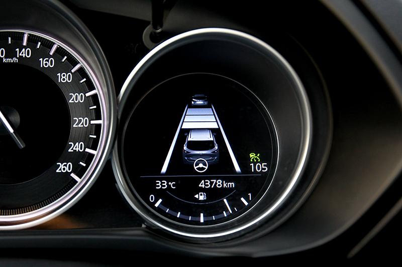 LAS車道偏移防止系統於高速巡航並不會將車輛維持置中,但這樣反而能讓駕駛更專注行駛。