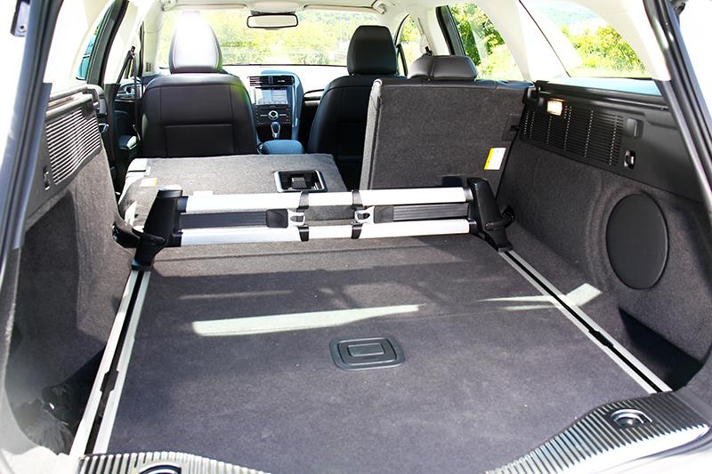 標配有行李箱管理套件的Mondeo Wagon,在便利性上略勝Mazda 6。